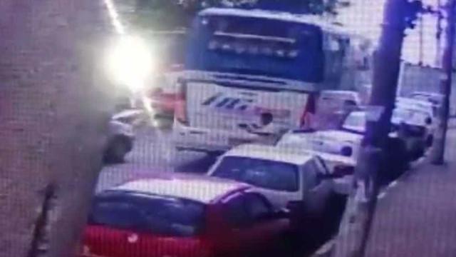 Ônibus arrasta 5 carros e mata uma pessoa em Guarulhos