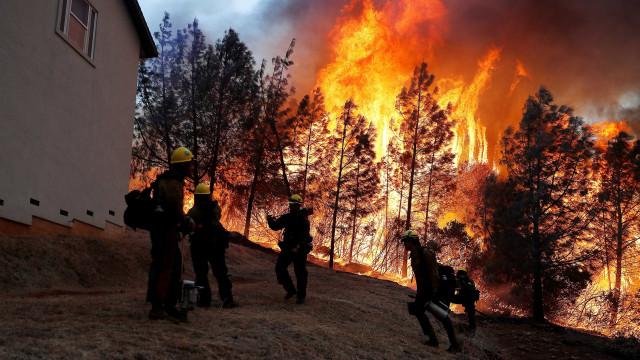 Incêndio na Califórnia deixa pelo menos cinco mortos