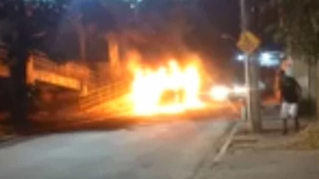Bando ateia fogo em ônibus na Baixada Fluminense e deixa 15 feridos