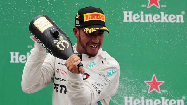 Hamilton vence o GP do Brasil e Mercedes leva Mundial de Construtores