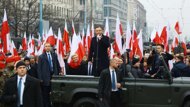 Reeleito, presidente da Polônia fortalece política conservadora