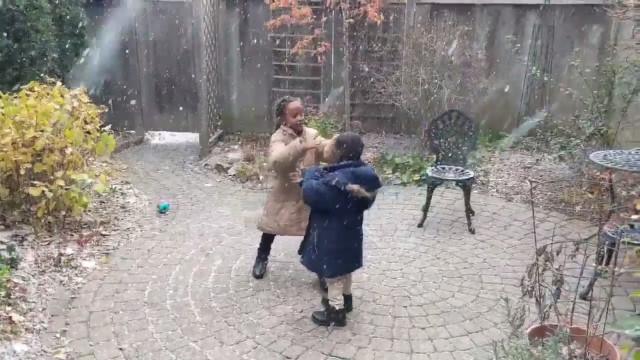 Veja o momento em que crianças refugiadas veem neve pela primeira vez