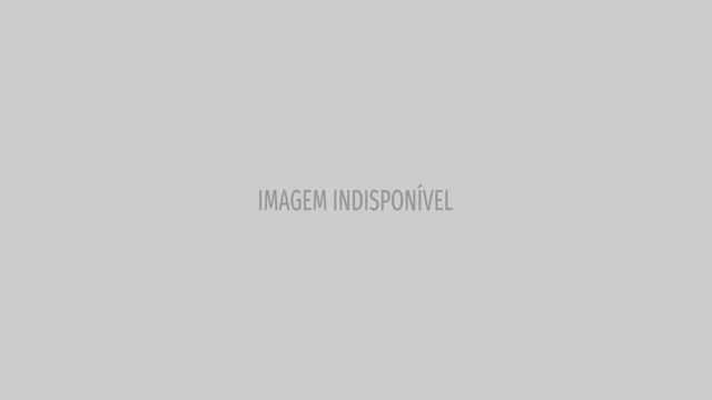Com desenhos na barriga de grávida, Isis Valverde ganha beijo do marido