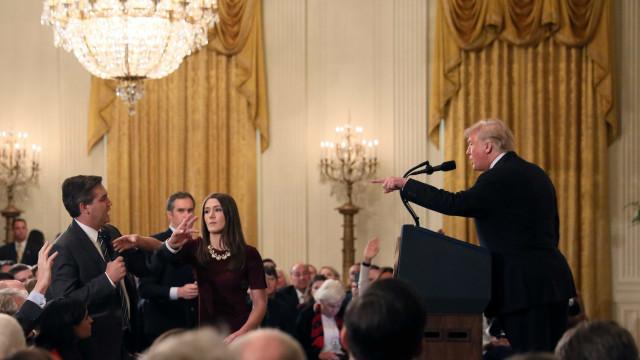 Casa Branca devolve credencial de jornalista que discutiu com Trump