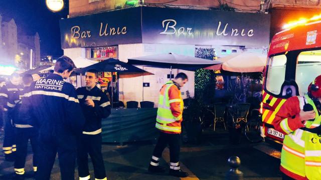 Mulher invade bar e fere dez pessoas com ácido na França
