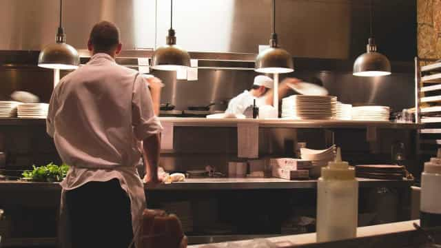 Tribunal manda hotel pagar a cozinheiro diferenças de gorjetas