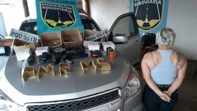 Mulher é presa com fuzil e 2500 munições; filha de 5 anos estava junto