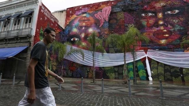 Grafiteira faz mural no Rio para homenagear mulheres negras