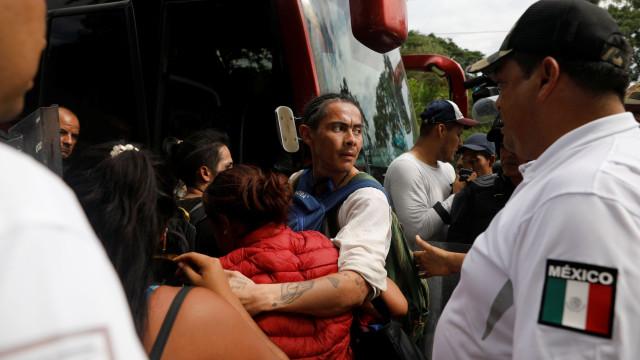 EUA prendem 42, e México deporta 98 após confronto na fronteira