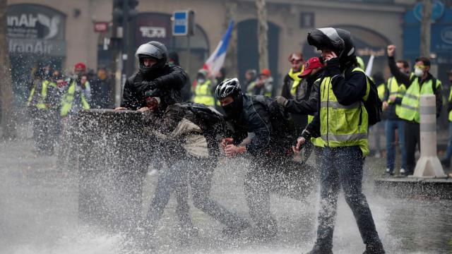 Paris vive dia de caos em novo protesto contra Macron