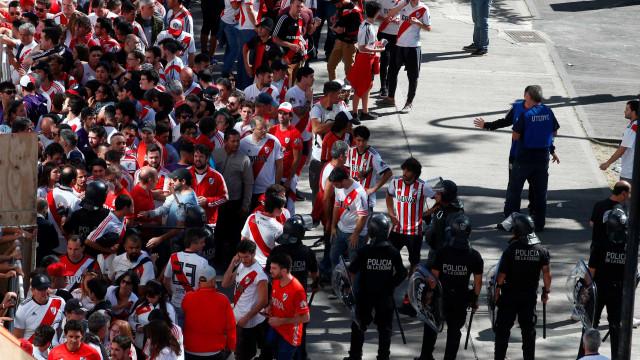 Torcida do River apedreja ônibus do Boca ao chegar a estádio
