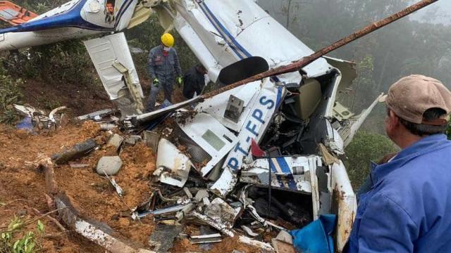 Resgatados seis corpos um dia após queda de helicóptero em SP