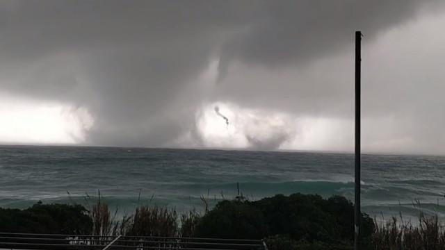 Veja o exato momento em que dois tornados surgem na costa da Itália