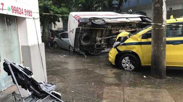 Criança de 2 anos morre em acidente entre táxi e van no Rio de Janeiro