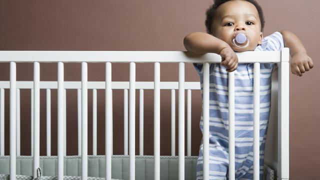 Estudo revela até que idade as crianças devem dormir no berço