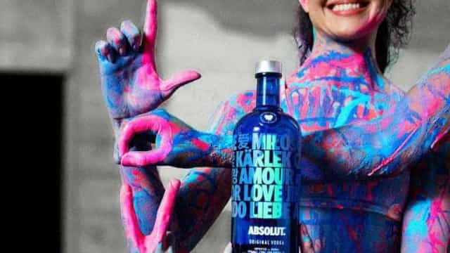 Absolut transforma cartazes racistas e anti-LGBT em 'garrafa do amor'