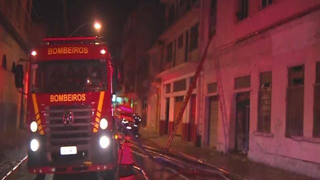 Incêndio em prédio de Porto Alegre deixa pelo menos quatro mortos