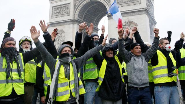 Lojas e museus de Paris fecham no sábado por atos de coletes amarelos
