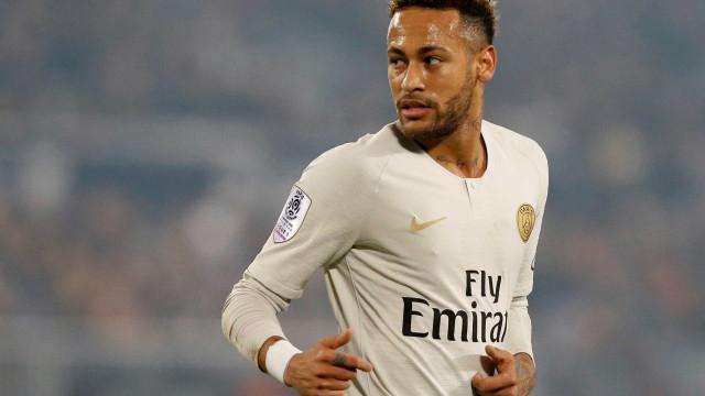 Torcedor invade treino do PSG e reação de Neymar impressiona