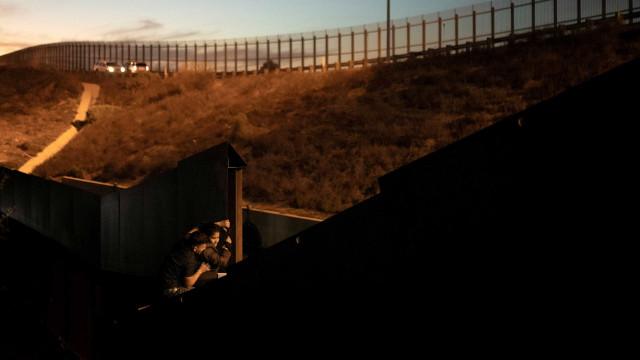 Homem é visto jogando crianças de muro na fronteira entre México e EUA