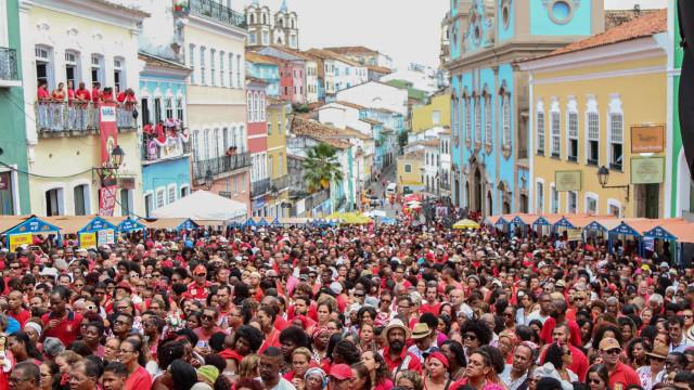 Multidão invade ruas de Salvador em festa de Santa Bárbara
