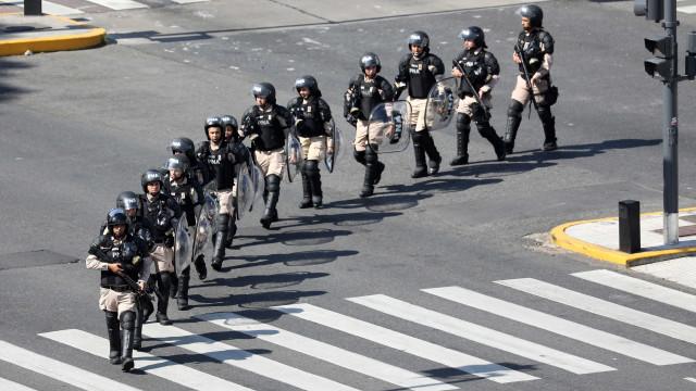 Policiais desmobilizam protestos na Argentina após aumento de salários