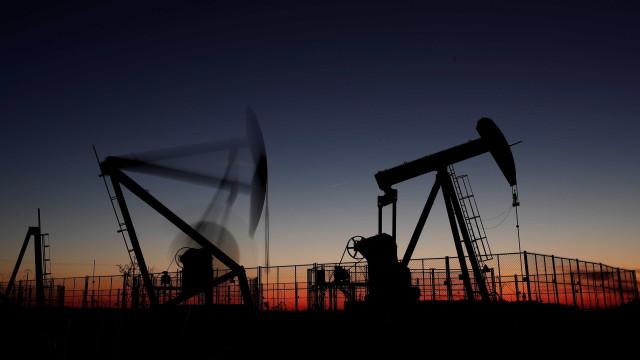 Petróleo dispara após Irã atacar base americana no Iraque