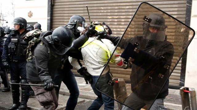 Ato de 'coletes amarelos' começa com confrontos e gás lacrimogêneo