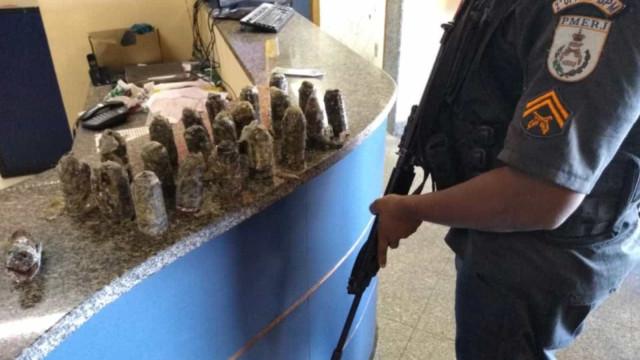 Policiais apreendem mochila com 22 granadas na Zona Norte do Rio