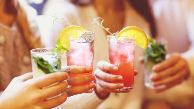 Aprenda 4 drinks sem álcool para o verão usando água de coco