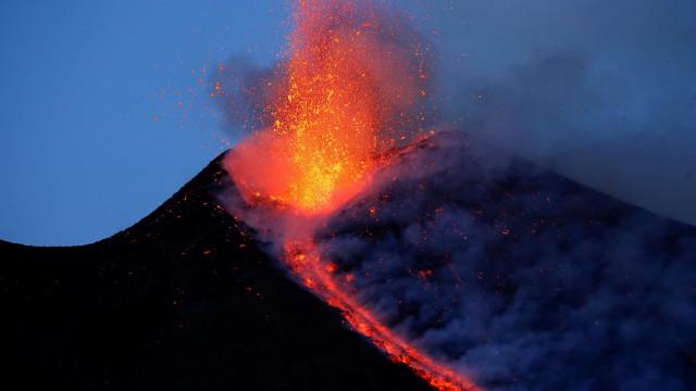 Vulcão Etna, na Sicília, volta a registrar erupção