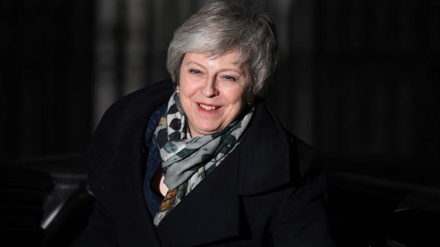 May vence votação e continua no cargo de primeira-ministra britânica