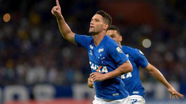 Falta vaga no time titular e volta de Thiago Neves preocupa Cruzeiro