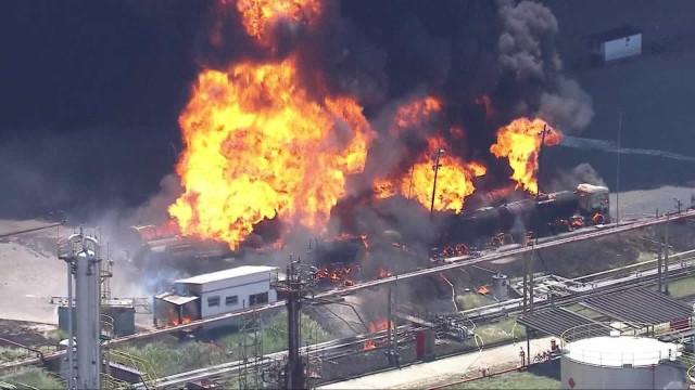 Incêndio de grandes proporções atinge refinaria de Manguinhos, no Rio