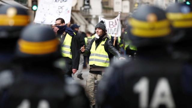 Coletes amarelos fazem novo protesto na França