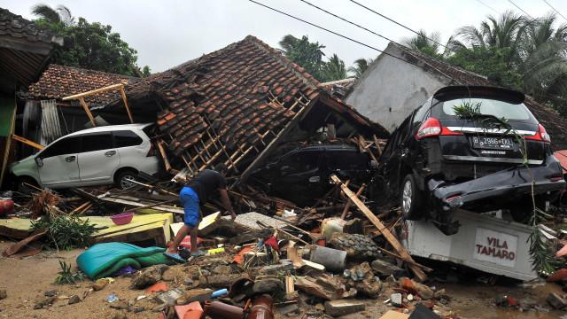 Número de mortos em tsunami na Indonésia ultrapassa 200