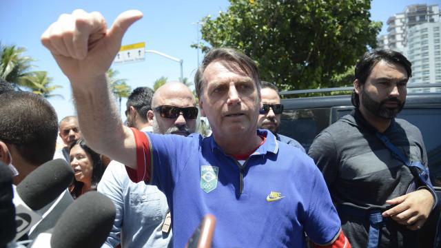 Em recesso de Natal, Bolsonaro lava e pendura roupas no varal