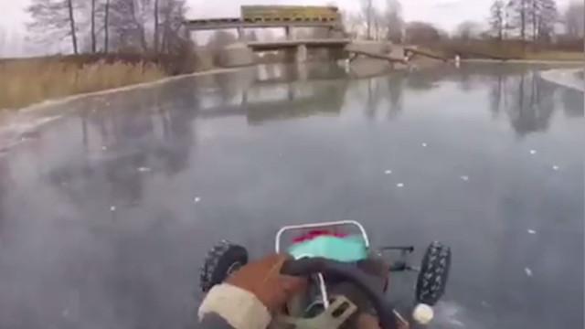 Você teria coragem de andar de kart em lago congelado?