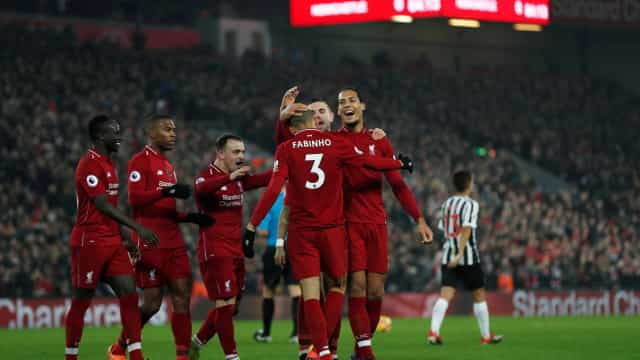 Liverpool goleia e dispara na liderança da Premier League