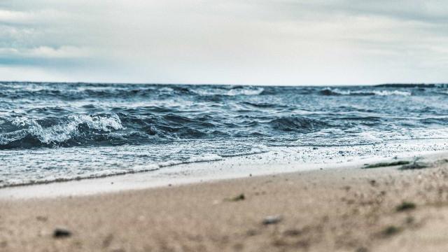 Jovens esfaqueiam e afogam menina em praia do Recife