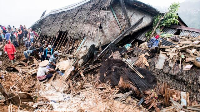 Deslizamento de terra mata pelo menos 15 pessoas na Indonésia