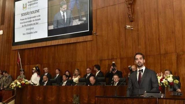 É preciso superar polarização, diz Eduardo Leite ao tomar posse no RS