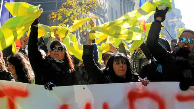 França: centenas de mulheres de coletes amarelos protestam nas ruas