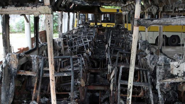 Ataques voltam a acontecer e ônibus e caminhão são incendiados no CE