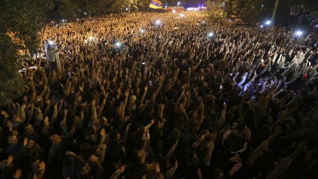 Armênia atrai atenção global após revolta política pacífica