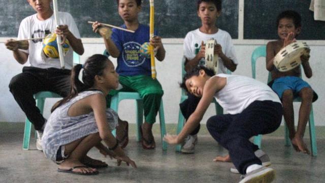Nas Filipinas, capoeira do Brasil é arma para tirar jovens do crime