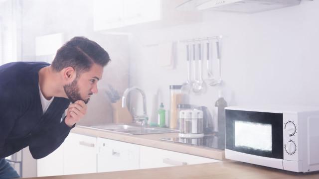 Truques: Descascar alho no microondas e evitar cheiro nas mãos