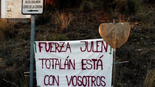 Menino morto ao cair em poço é enterrado na Espanha