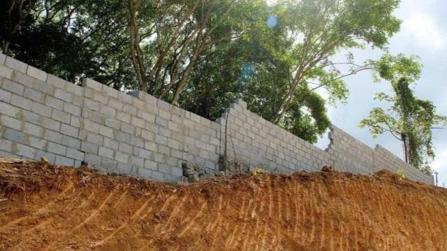 Menina de 8 anos é esmagada por muro de concreto no Recife