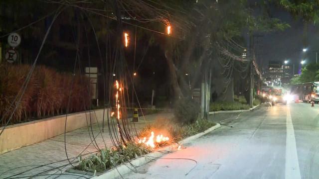 Fogo em fiação bloqueia a Marginal Pinheiros, em SP